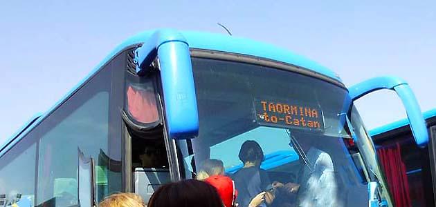 カターニア発タオルミーナ行きバス