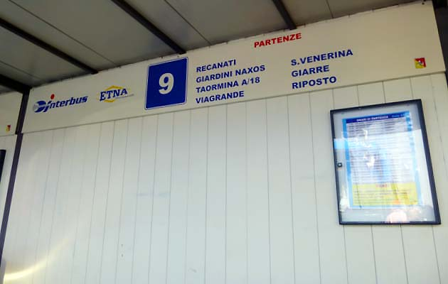 カターニア・バスターミナルのタオルミーナ行きバスの乗り場