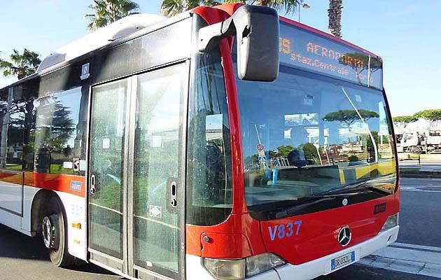 シャトルバスでナポリの空港から市内