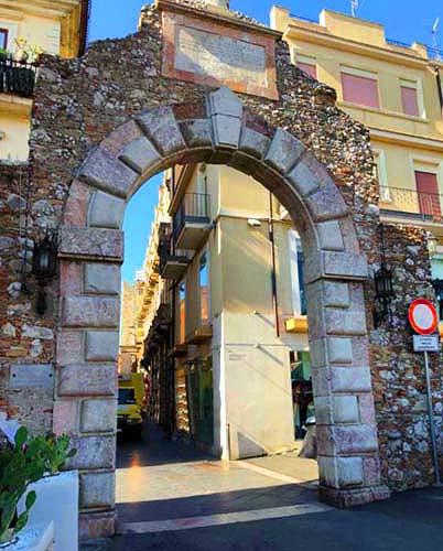 タオルミーナのメッシーナ門