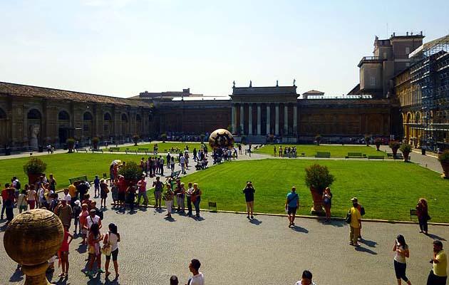 ヴァティカン美術館のピーニャの中庭