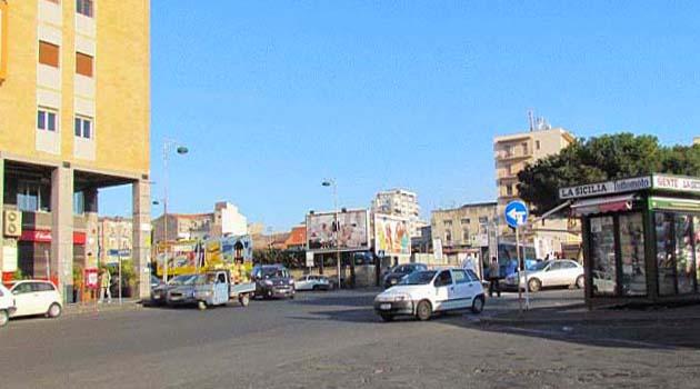 カターニア中央駅とパパ・ジョヴァンニ広場