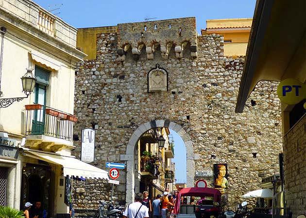 タオルミーナのカターニア門