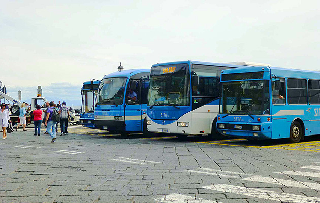 アマルフィのバス乗り場 フラヴィオ・ジョイア広場