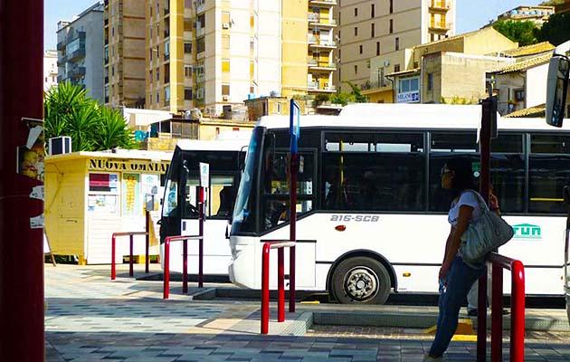 バスでアグリジェント神殿の谷へアクセス