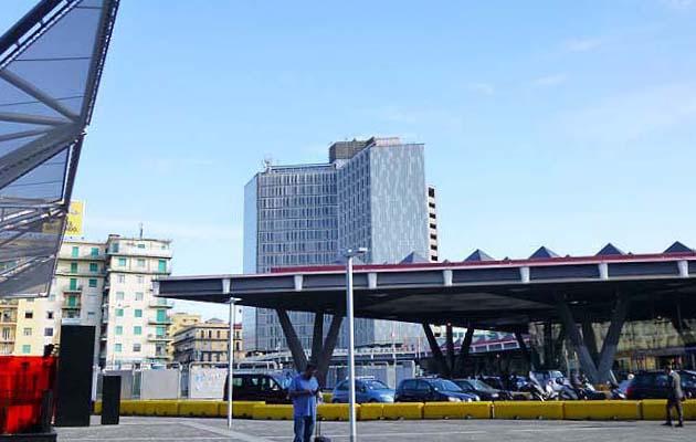 ナポリ中央駅前の広場ガリバルディ