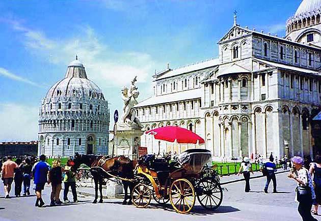 ピサの洗礼堂(サンジョヴァンニ洗礼堂)と大聖堂・世界遺産ピサのドゥオモ広場