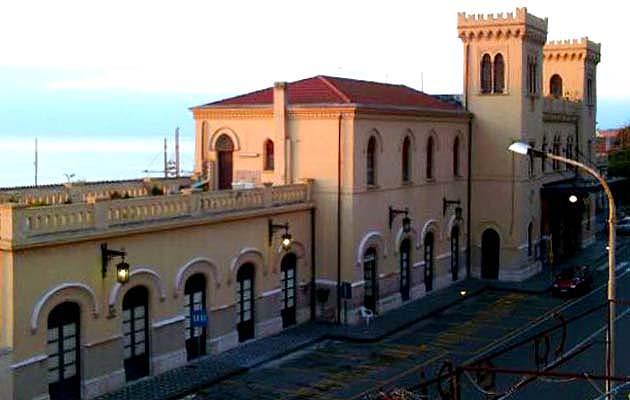 列車でタオルミーナ・ジャルディーニ駅へアクセス