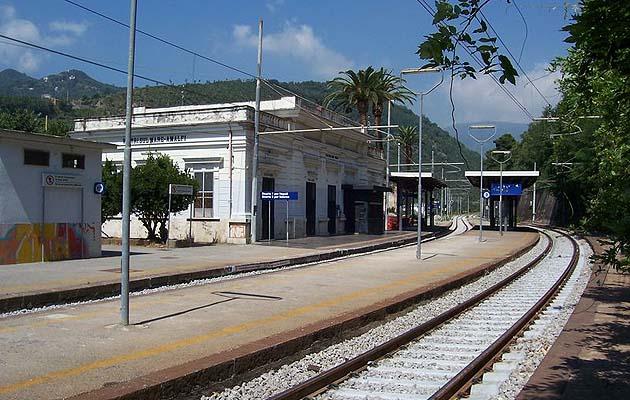 列車でヴィエトリ・スル・マーレ駅へアクセス